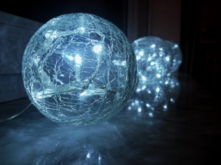 ball_lichterkette_christmas_glass_ball_window_sill_window_cable-1377311.jpg!d.jpg
